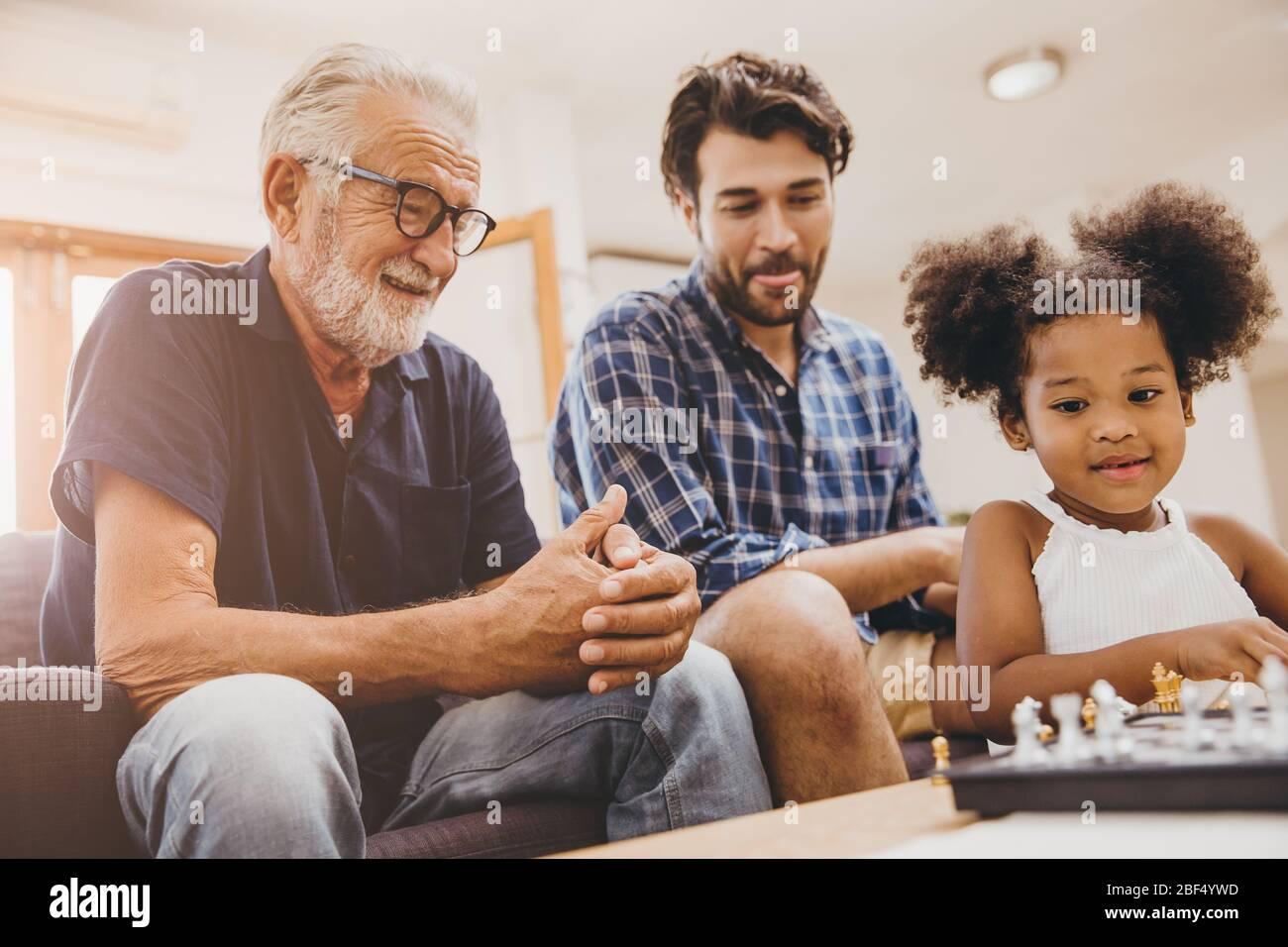Heureux moment de famille aîné avec enfant petite fille et fils à la maison bonheur moment jouant jeu d'échecs. Banque D'Images