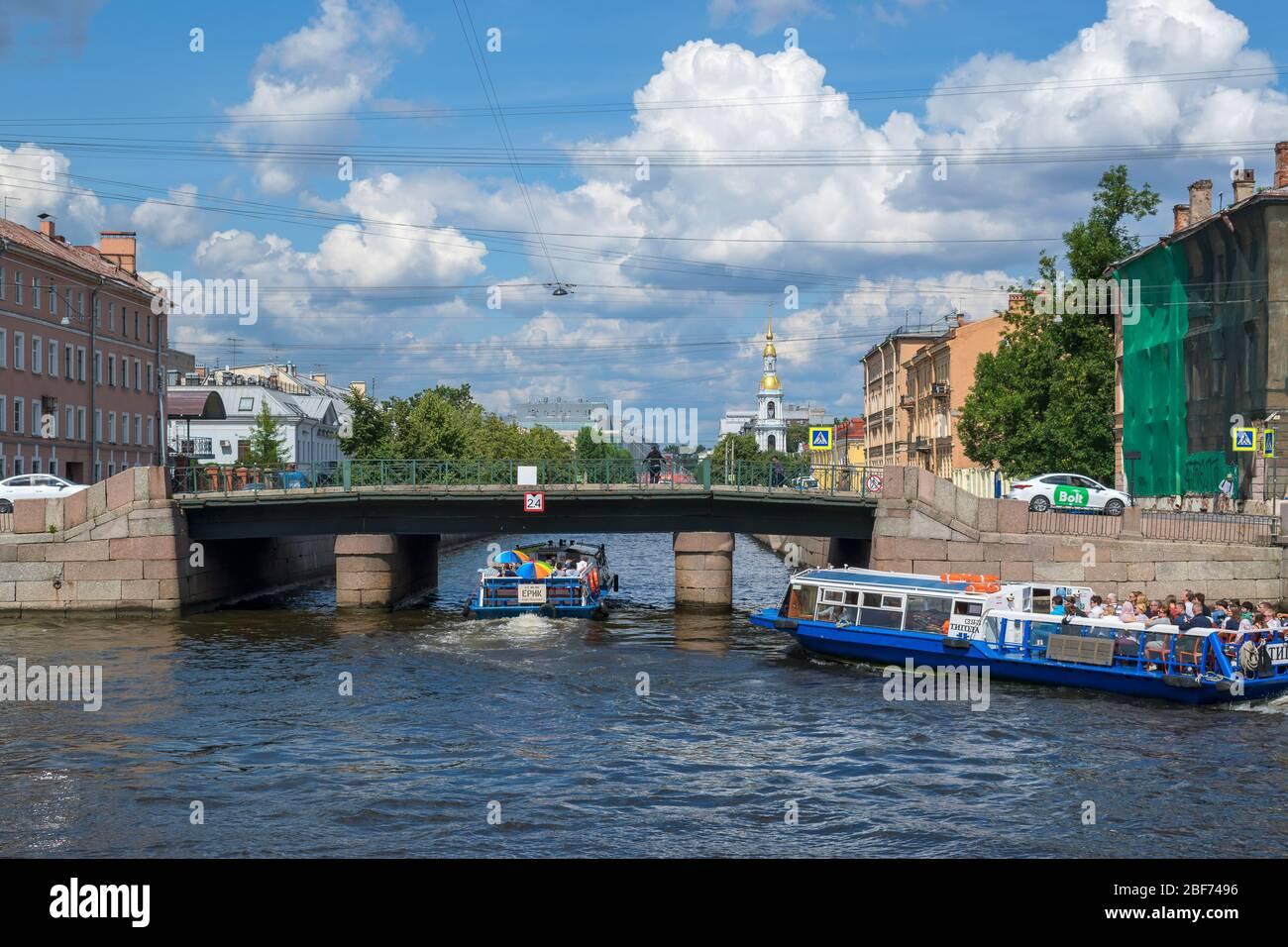Saint-Pétersbourg, Russie, été 2019 : pont adjacent à la jonction de la rivière Fontanka et du canal Kryukov à Saint-Pétersbourg Banque D'Images