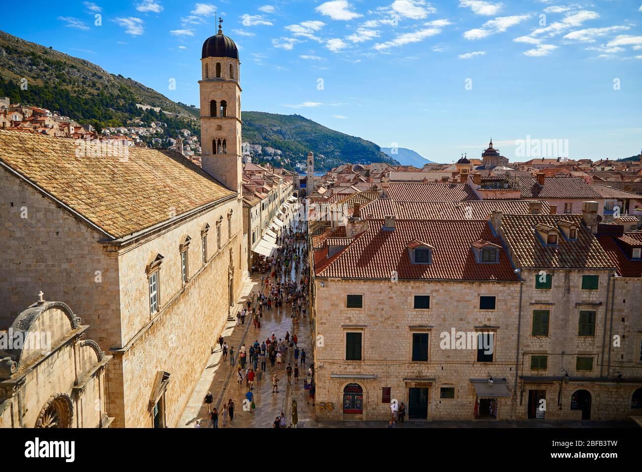 Vue sur le Stradun (Placa) avec l'Église Franciscaine et l'Église Saint-Sauveur au premier plan à Dubrovnik, Croatie. Banque D'Images