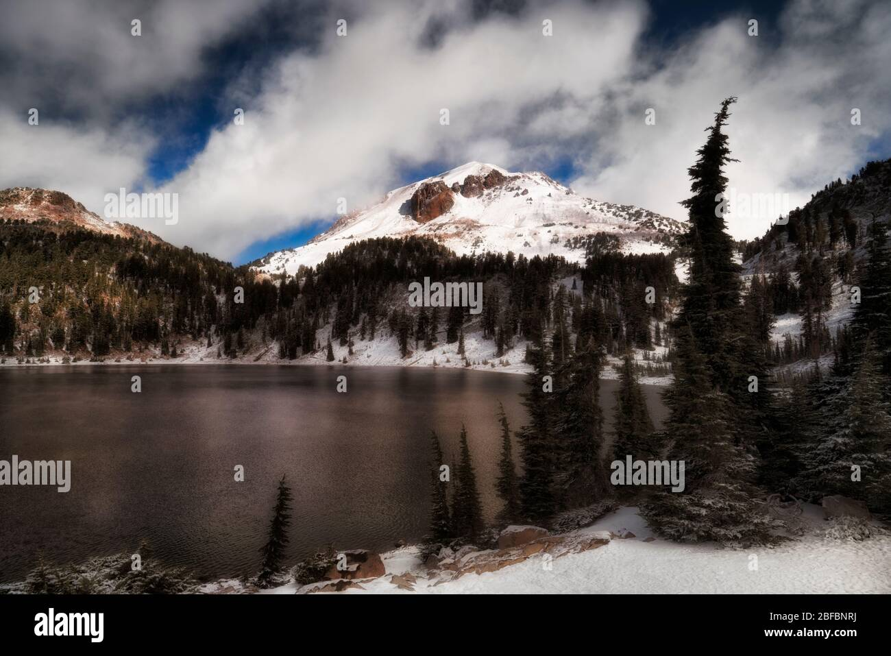 Brève séparation des nuages du matin révélant la neige fraîche d'automne sur le mont Lassen et autour du lac Helen dans le pic Lassen de Californie Volcan National Pa Banque D'Images