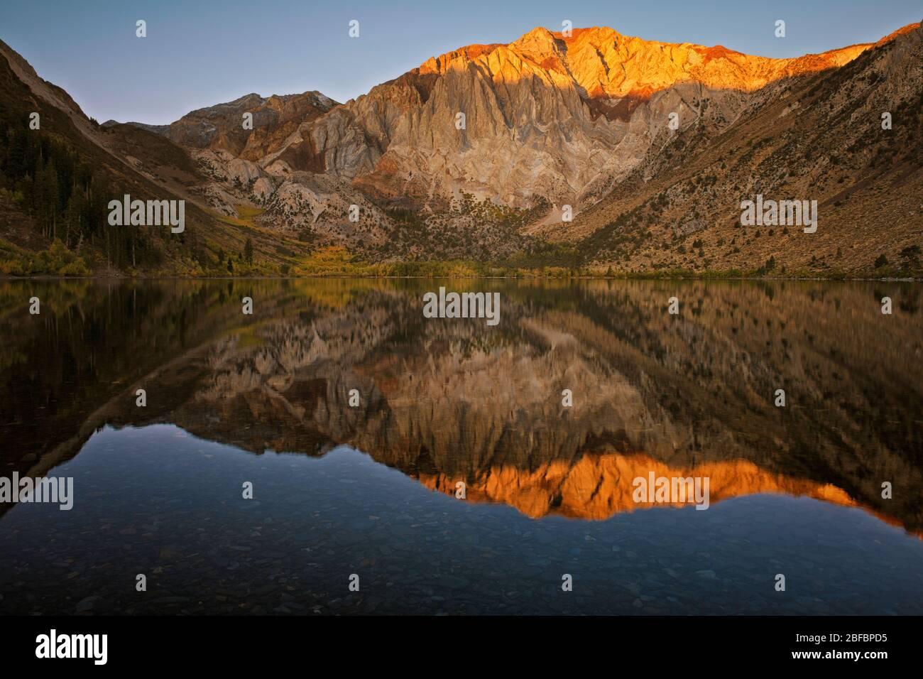 Premier reflet lumineux de l'automne des montagnes de la Sierra orientale au lac des bagnards et au comté de Mono en Californie. Banque D'Images