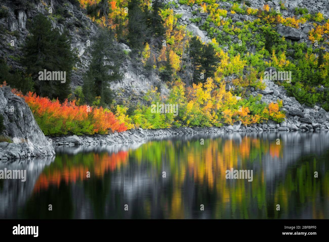 La lueur du crépuscule civil des couleurs d'automne qui s'est rebutée dans le lac Sabrina, entre la chaîne de montagnes de la Sierra orientale de Californie et la forêt nationale d'Inyo. Banque D'Images