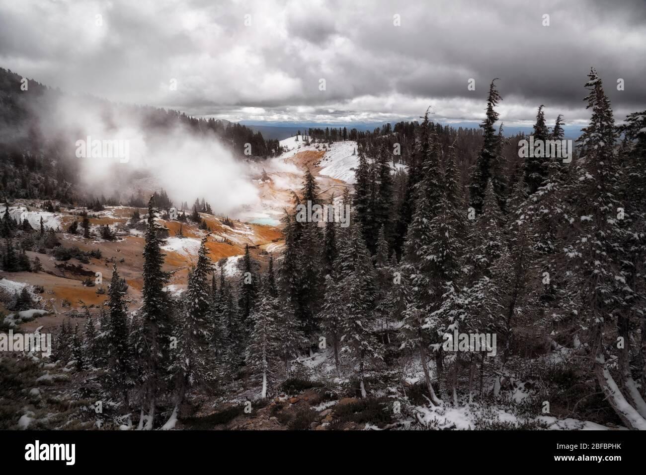 La vapeur s'élève des nombreuses caractéristiques géothermiques du bassin de l'Enfer de Bumpass du parc national volcanique de Lassen en Californie. Banque D'Images