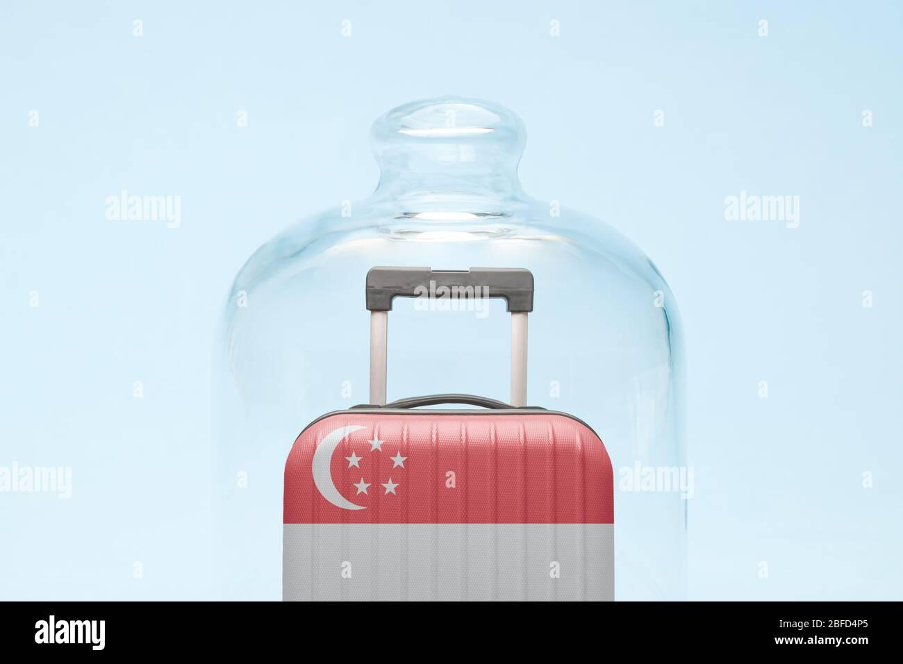 Valise avec drapeau singapourien en quarantaine concept minimal de restriction de voyage de coronavirus créatif. Banque D'Images