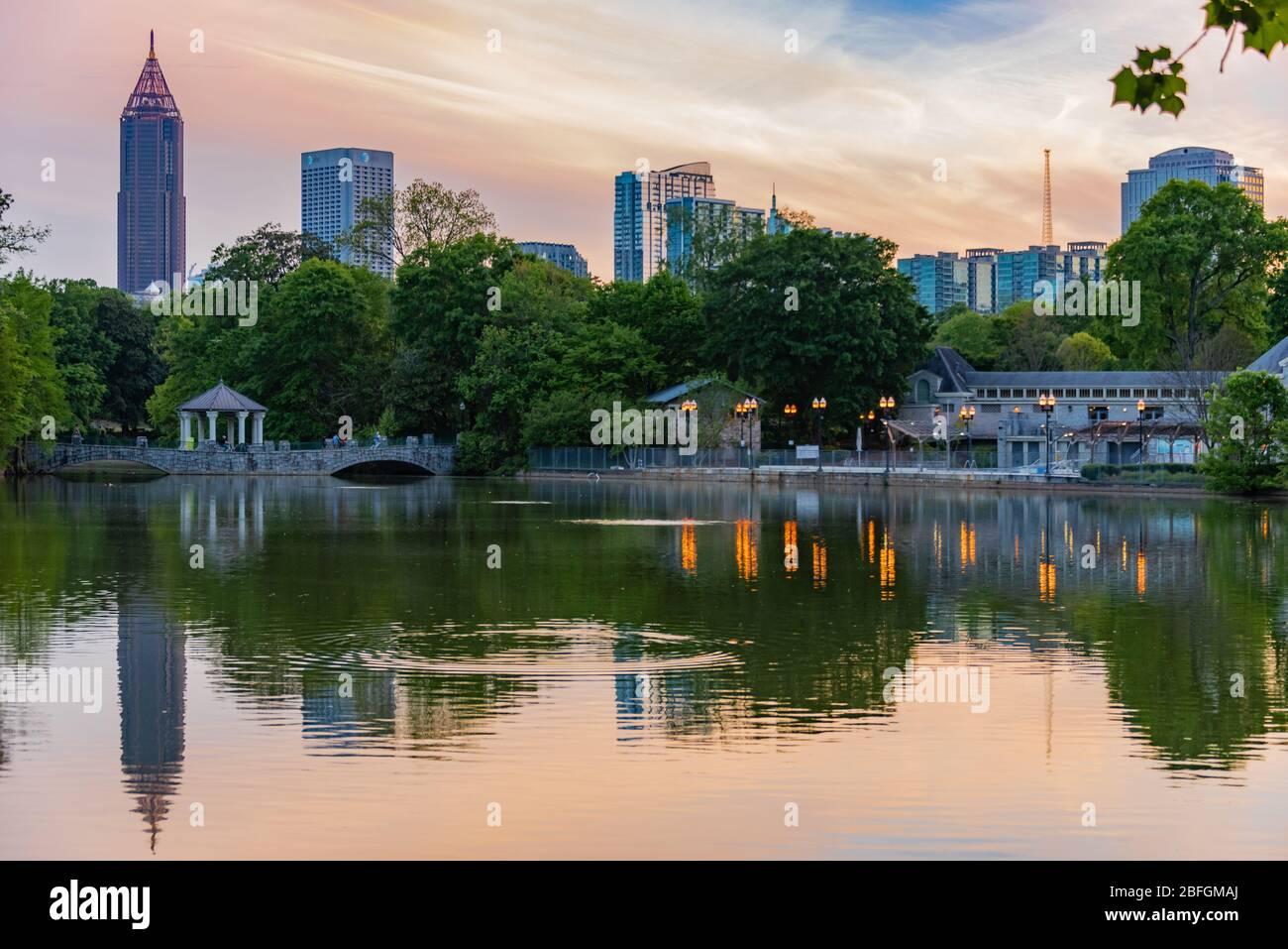 Atlanta, Géorgie au coucher du soleil sur le lac Clara Meer dans le parc du Piémont. (ÉTATS-UNIS) Banque D'Images