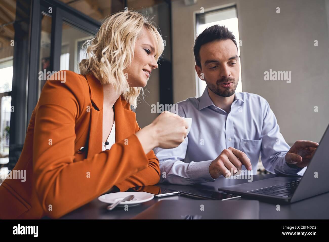 Une dame d'affaires heureuse regardant l'ordinateur Banque D'Images