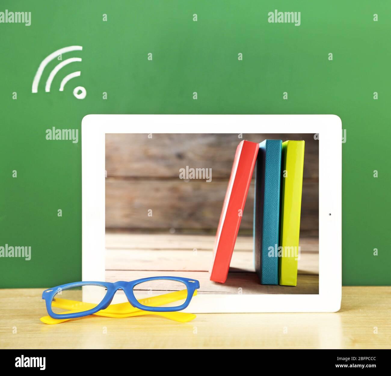 Tablette Avec Papier Peint Papeterie A L Ecran Connexion Wi Fi Sur Fond De Tableau De Surveillance Concept D Enseignant D Ecole Photo Stock Alamy