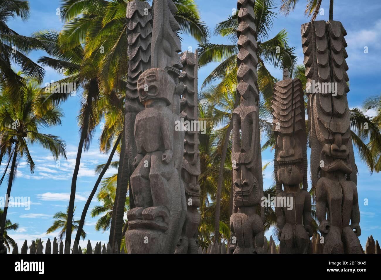 Les statues Fierce Ki'i sont garantes de la baie d'Honaunau, sur la place du parc historique national Refuge sur la Grande île d'Hawaï. Banque D'Images