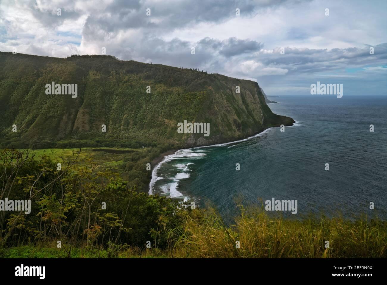 Les pauses de l'après-midi et les nuages de tempête passent au-dessus de la vallée de Waipio, avec cette vue magnifique le long de la côte de Hamakua sur la Grande île d'Hawaï. Banque D'Images
