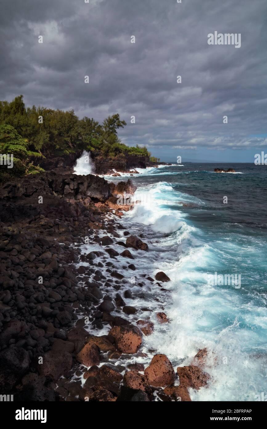 Les vagues s'écrasent contre le littoral de lave le long de la côte de Puna sur la Grande île d'Hawaï. Banque D'Images