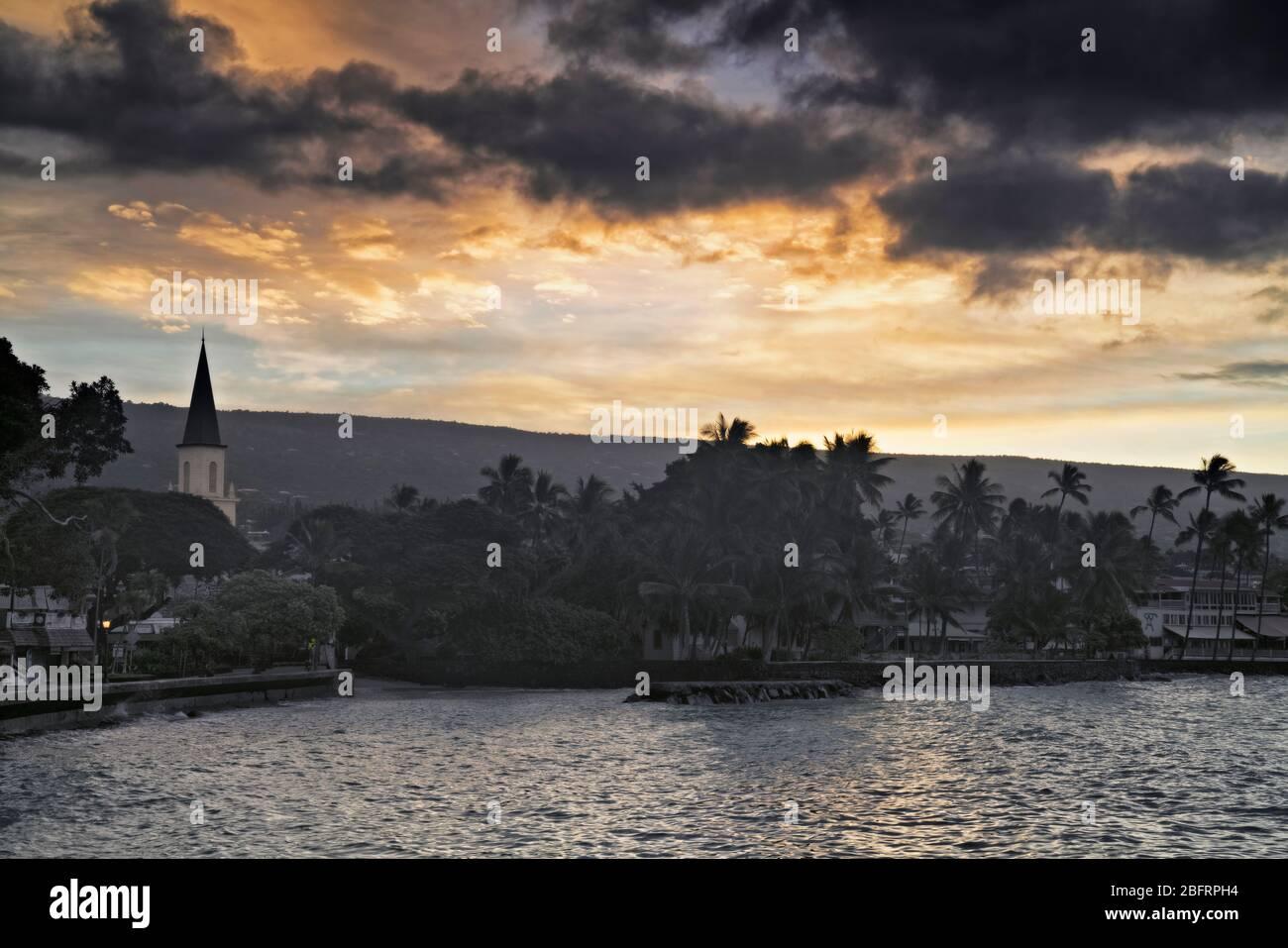 Daybreak au-dessus de la baie de Kailua et l'église historique de Mokuaikaua qui date de 1820 à Kailua-Kona sur la Grande île d'Hawaï. Banque D'Images
