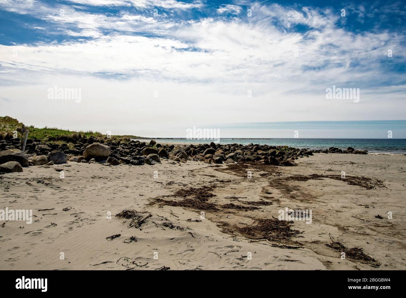Rochers pittoresques et grands rochers sur la plage de Refsnesstranda près de Naerbo, Norvège, mai 2018 Banque D'Images