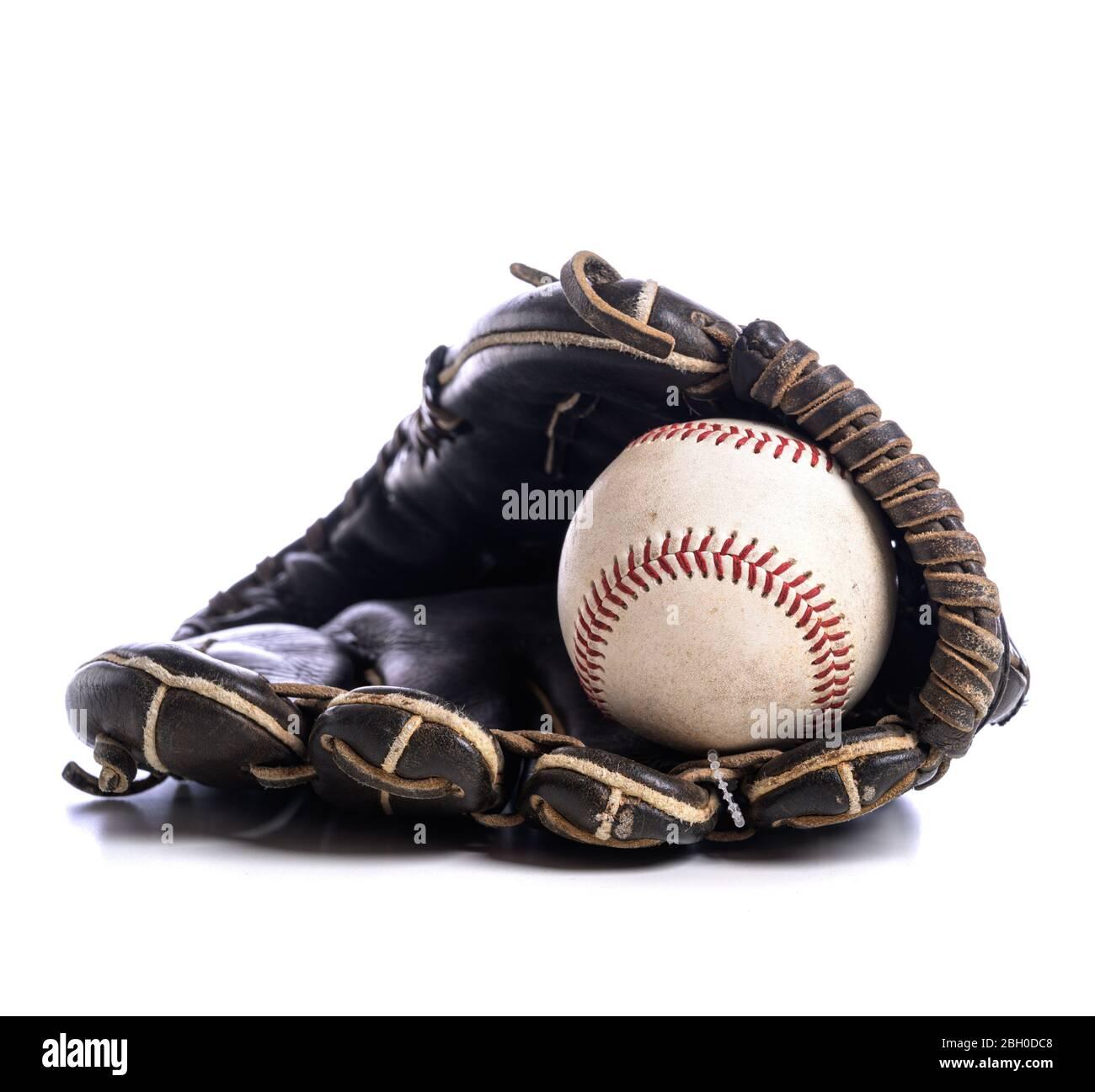 Un gros-plan d'un gant de baseball et d'une balle en cuir Banque D'Images