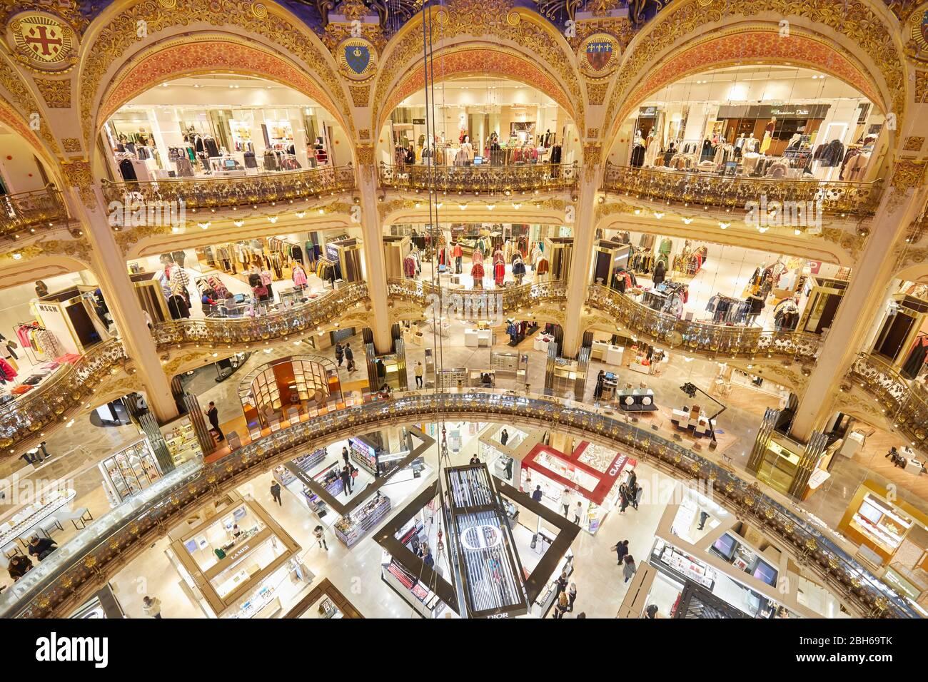 PARIS - 6 NOVEMBRE 2019 : intérieur des Galeries Lafayette à Paris, vue en grand angle avec arcades anciennes Banque D'Images