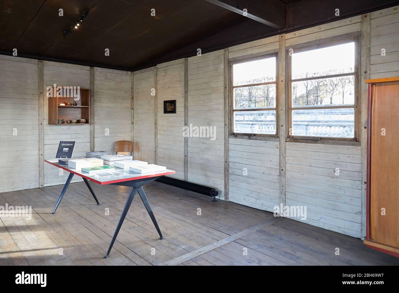 PARIS, FRANCE - 7 NOVEMBRE 2019 : Maison démontable Jean Prouve intérieur en place de la Concorde en une journée ensoleillée à Paris Banque D'Images