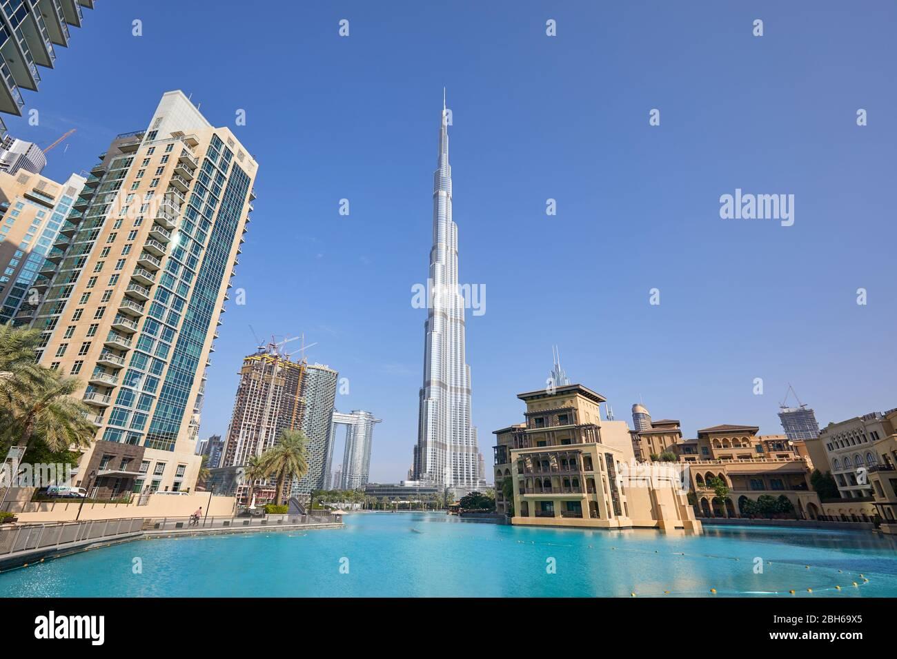 Dubaï, ÉMIRATS ARABES UNIS - 19 NOVEMBRE 2019 : gratte-ciel Burj Khalifa, lac artificiel et bâtiments modernes en une journée ensoleillée Banque D'Images