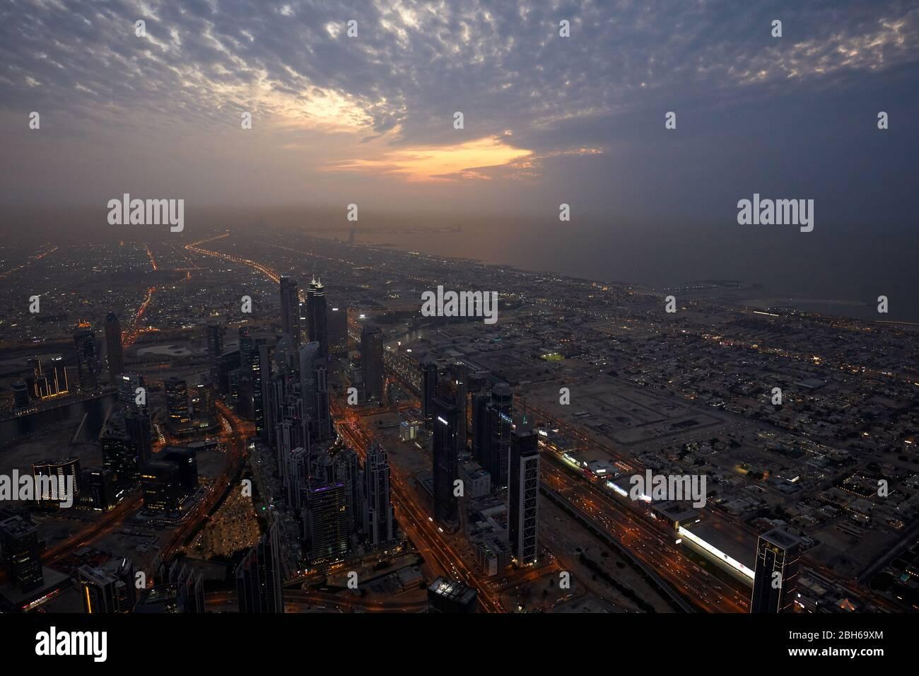 DUBAÏ, EMIRATS ARABES UNIS - 19 NOVEMBRE 2019 : Dubaï a illuminé la ville vue de haut-angle avec gratte-ciel au crépuscule depuis Burj Khalifa Banque D'Images