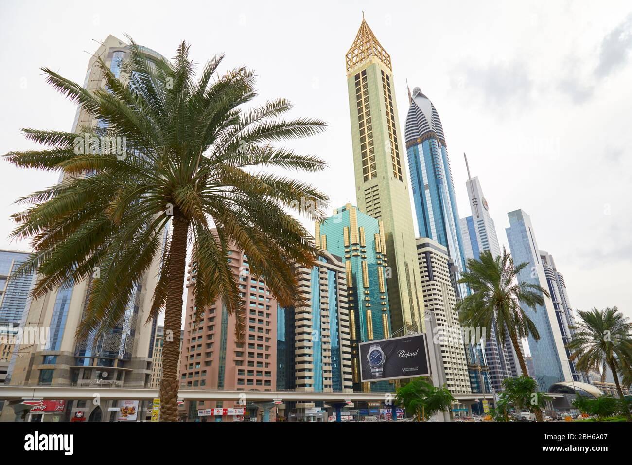 DUBAÏ, EMIRATS ARABES UNIS - 21 NOVEMBRE 2019 : vue à angle bas de Sheikh Zayed Road avec gratte-ciel et palmiers à Dubaï Banque D'Images