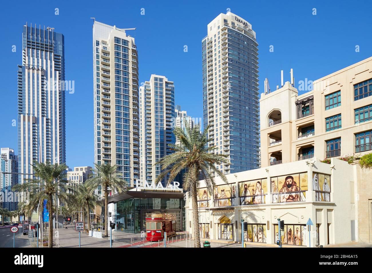 DUBAÏ, EMIRATS ARABES UNIS - 22 NOVEMBRE 2019 : gratte-ciel modernes dans le centre-ville de Dubaï et tramway rouge dans un ciel bleu clair et ensoleillé Banque D'Images
