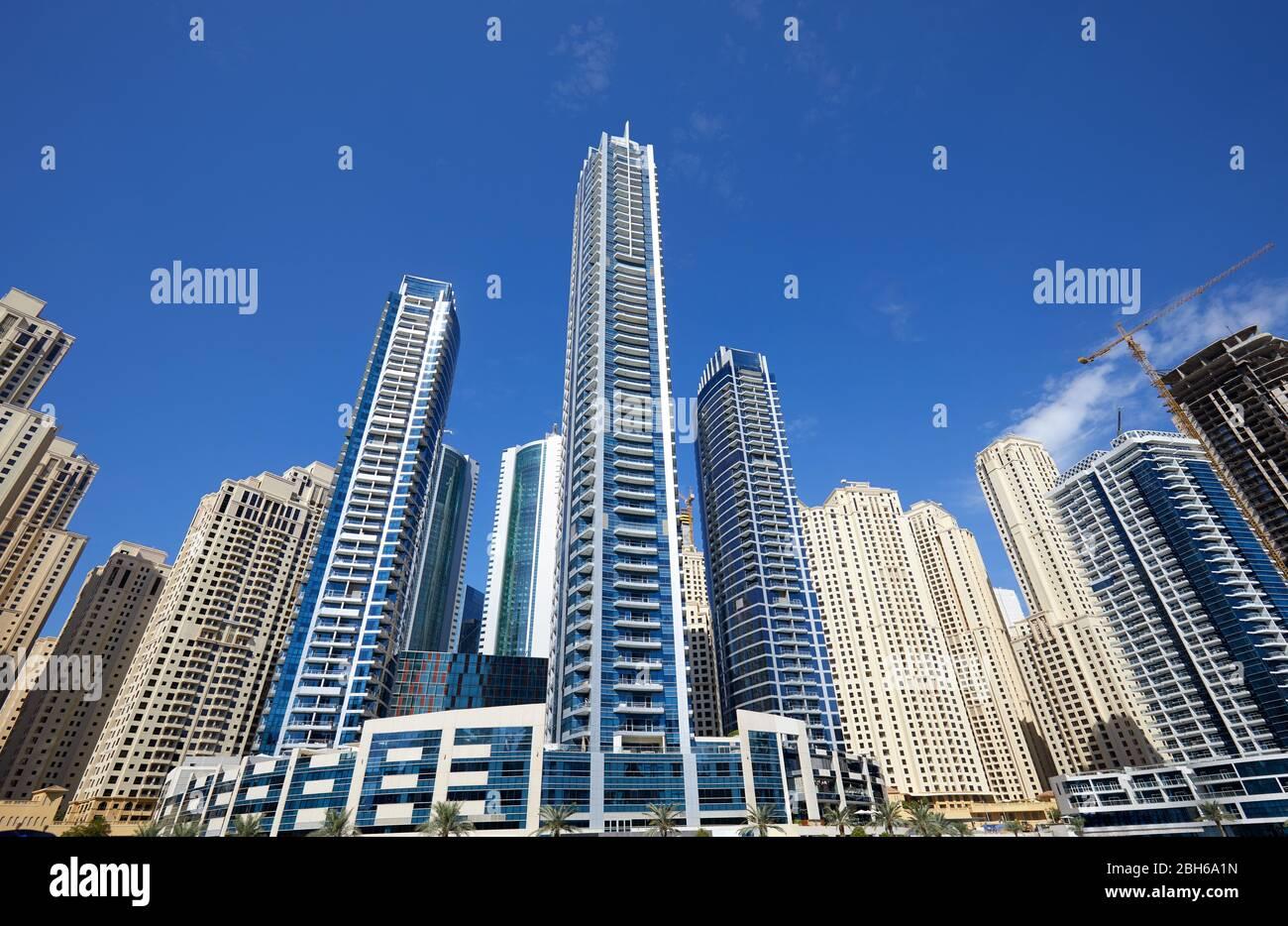Dubai Marina nouveaux et en construction gratte-ciel dans une journée ensoleillée, ciel bleu clair à Dubaï Banque D'Images