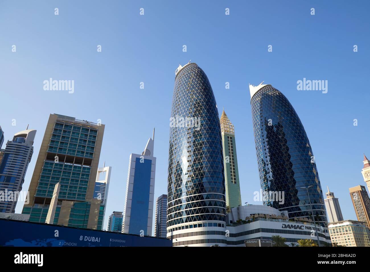 DUBAÏ, EMIRATS ARABES UNIS - 23 NOVEMBRE 2019 : quartier financier de Dubaï, gratte-ciel modernes en une journée ensoleillée, ciel bleu Banque D'Images