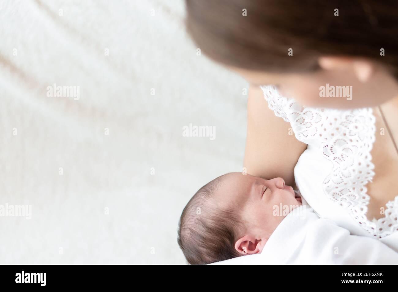 maternité, enfance, enfance, famille, soins, médecine, sommeil, santé, concept de maternité - portrait de maman avec bébé nouveau-né enveloppé dans le couches sur Banque D'Images