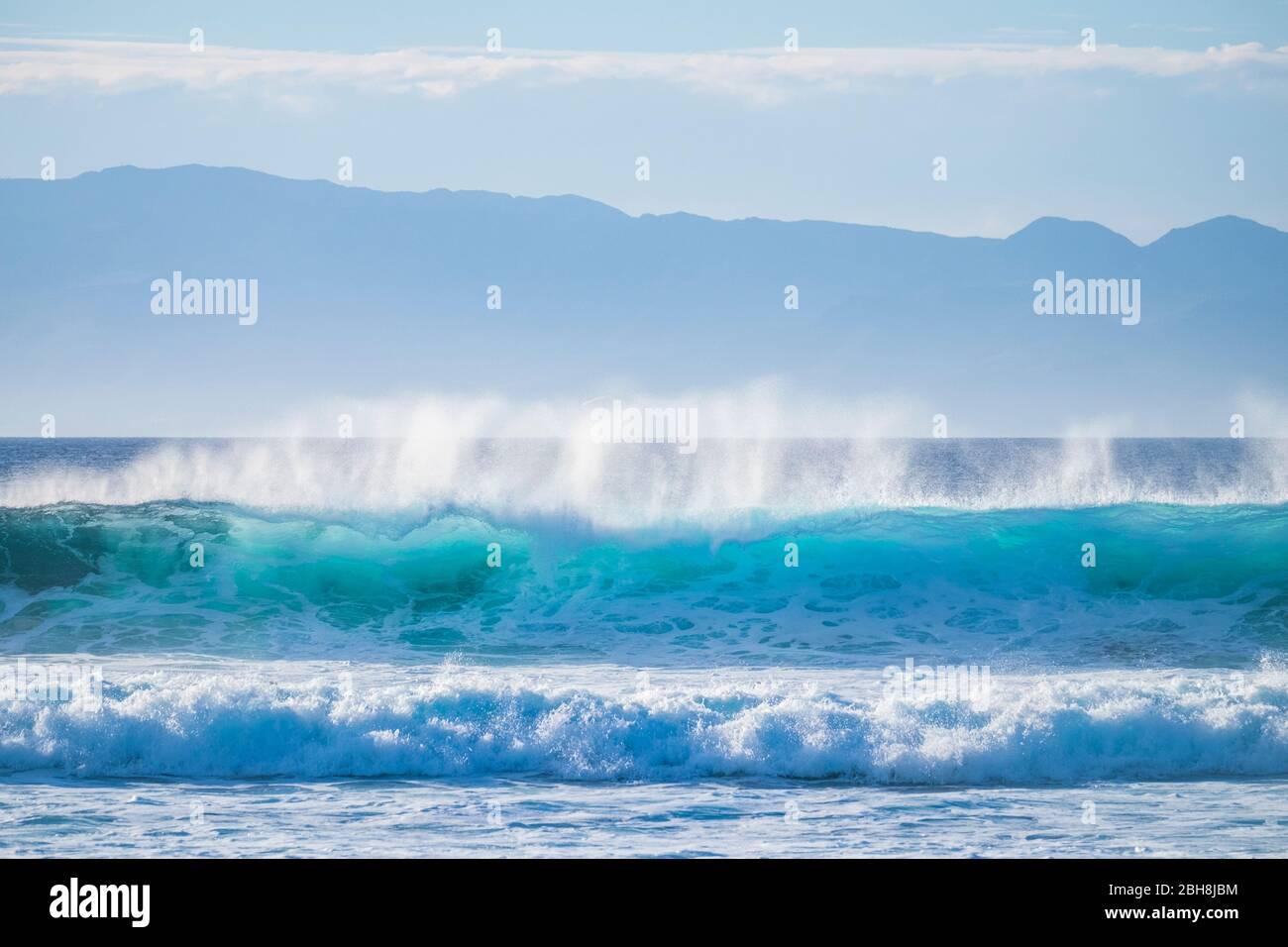 Magnifique spectacle naturel avec vagues de puissance qui se brisent sur la rive avec de l'énergie - parfait pour les activités de surf et les sports nautiques. Île tropicale sur le fond pour les vacances et les loisirs concept Banque D'Images