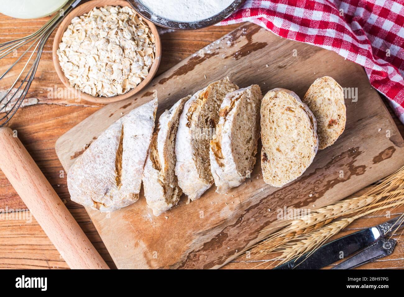 Pain traditionnel fraîchement cuit sur du pain de flocons d'avoine de table en bois Banque D'Images