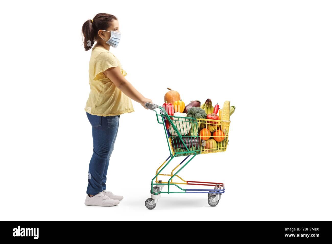 Profil complet photo d'une fille debout avec un panier et portant un masque médical isolé sur fond blanc Banque D'Images