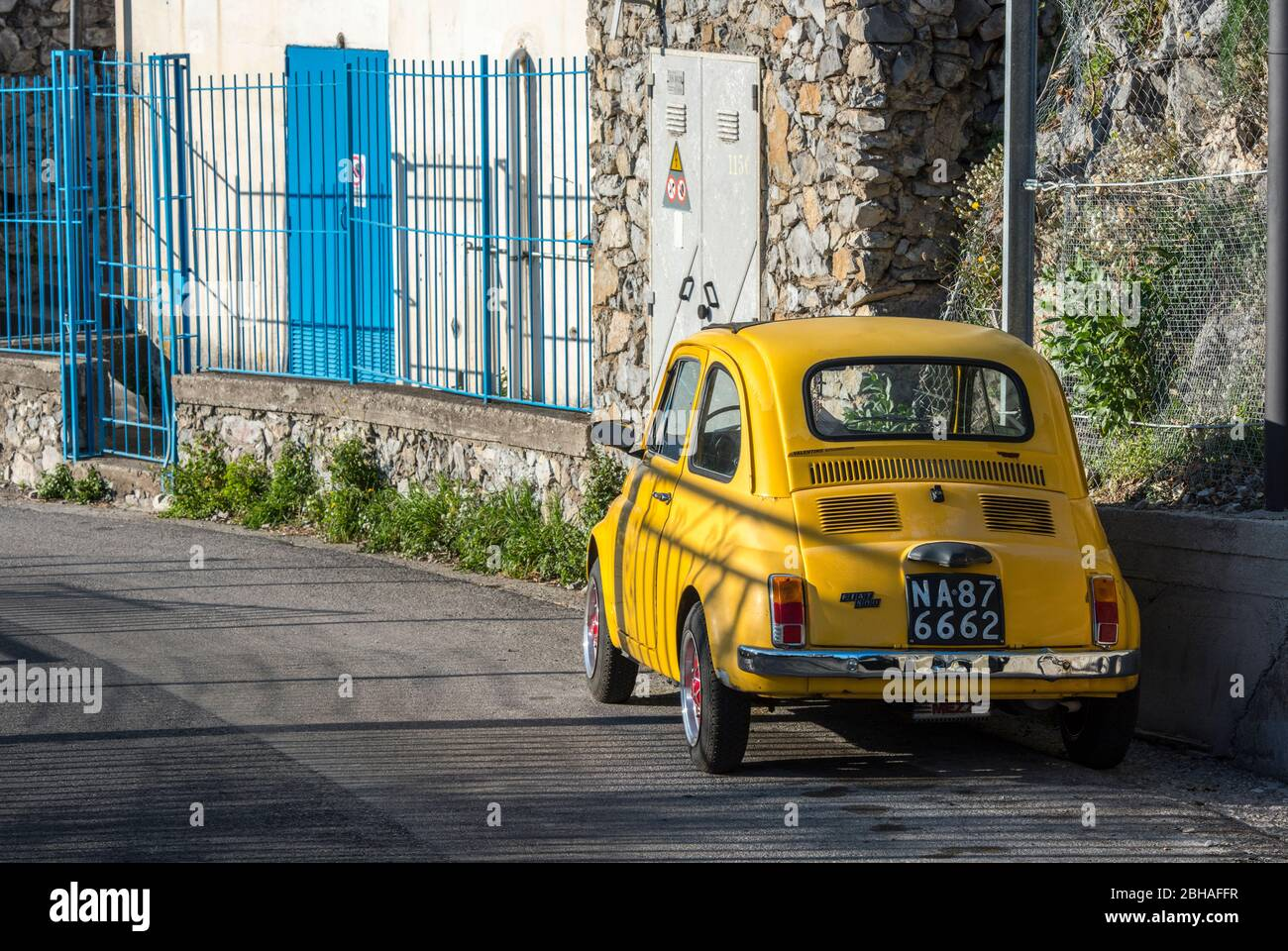 La voie des dieux: Sentiero degli Dei. Incroyablement beau chemin de randonnée au-dessus de la côte amalfitana ou amalfitaine en Italie, d'Agerola à Positano. Mars 2019. Fiat 500 dans les rues à la fin de la randonnée près de Positano. Banque D'Images