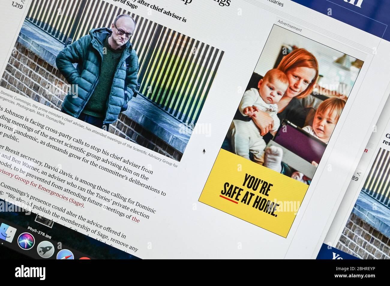 Informations publiques en ligne Coronavirus/ Covid annonce, 'vous êtes sûr à la maison' juxtaposée à un article et une photo présentant Dominic Cummings. Banque D'Images