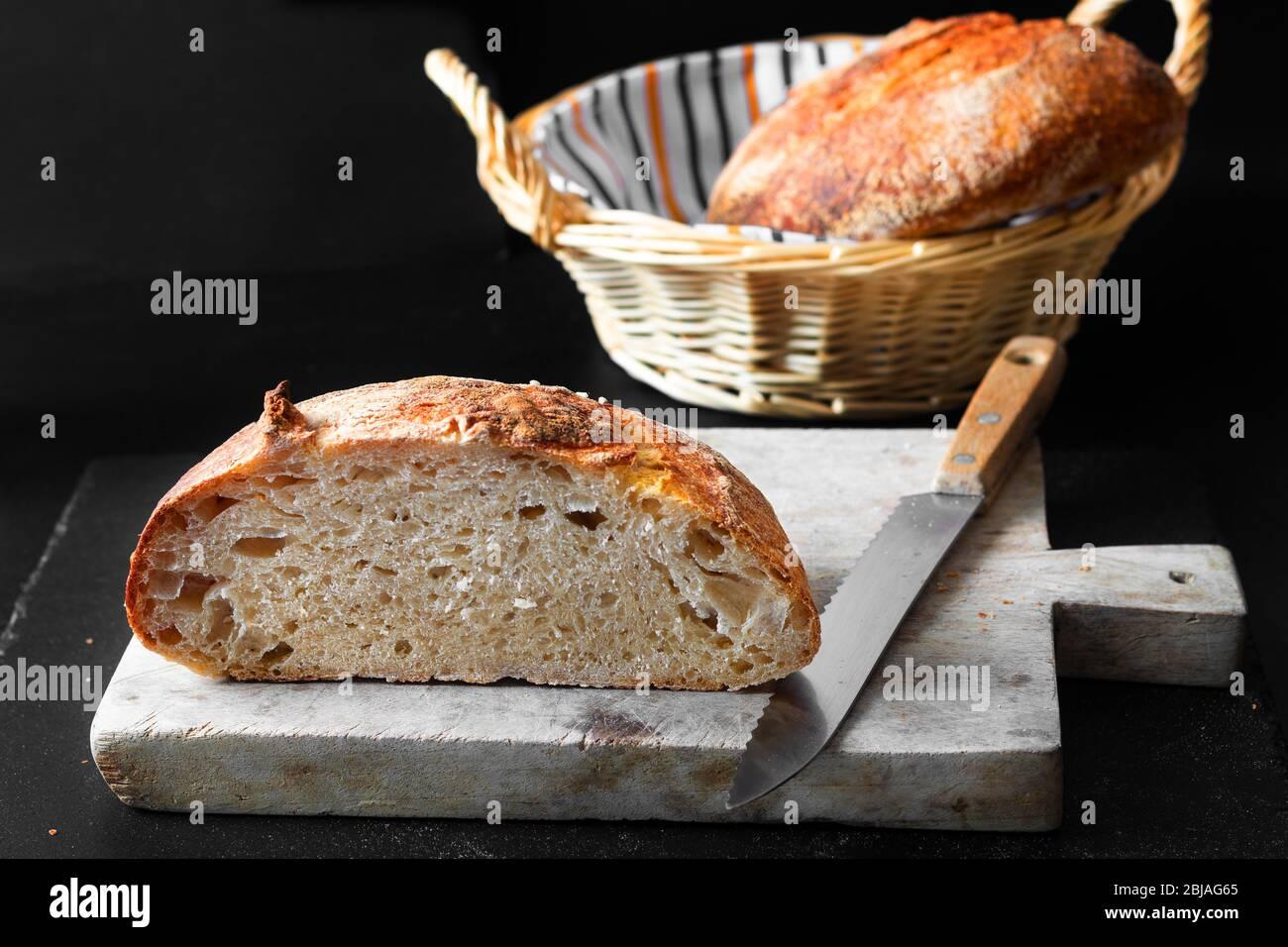 Maison cuisine pain biologique fait maison de pâte à pain sur fond noir avec espace de copie Banque D'Images