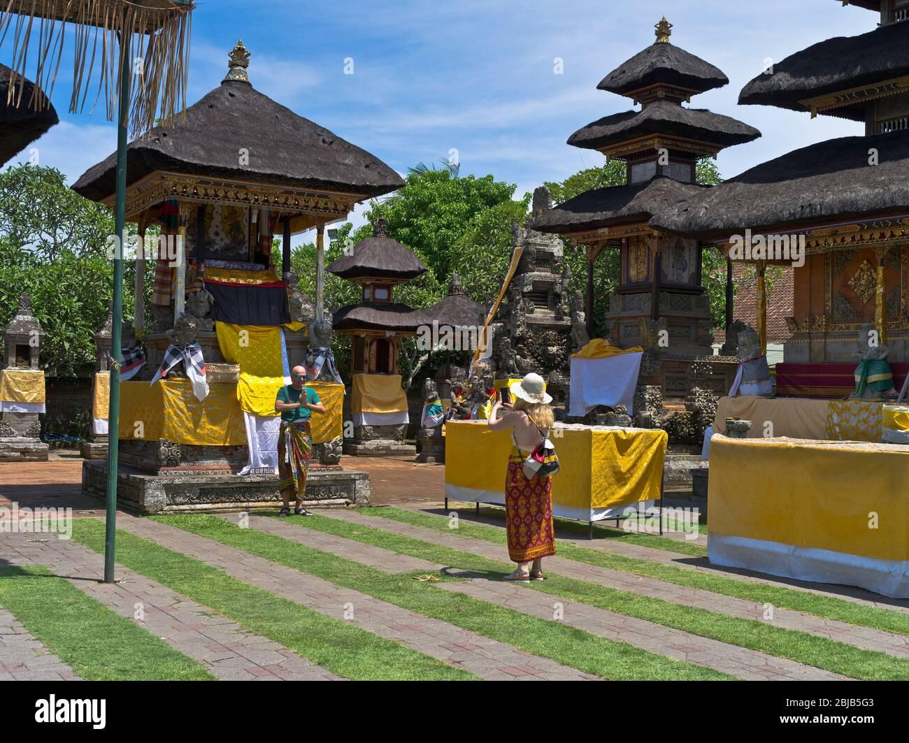 dh Balinese temple Batuan BALI INDONÉSIE temples hindous photos de touristes code vestimentaire traditionnel hindouisme sanctuaire intérieur indonésien Banque D'Images