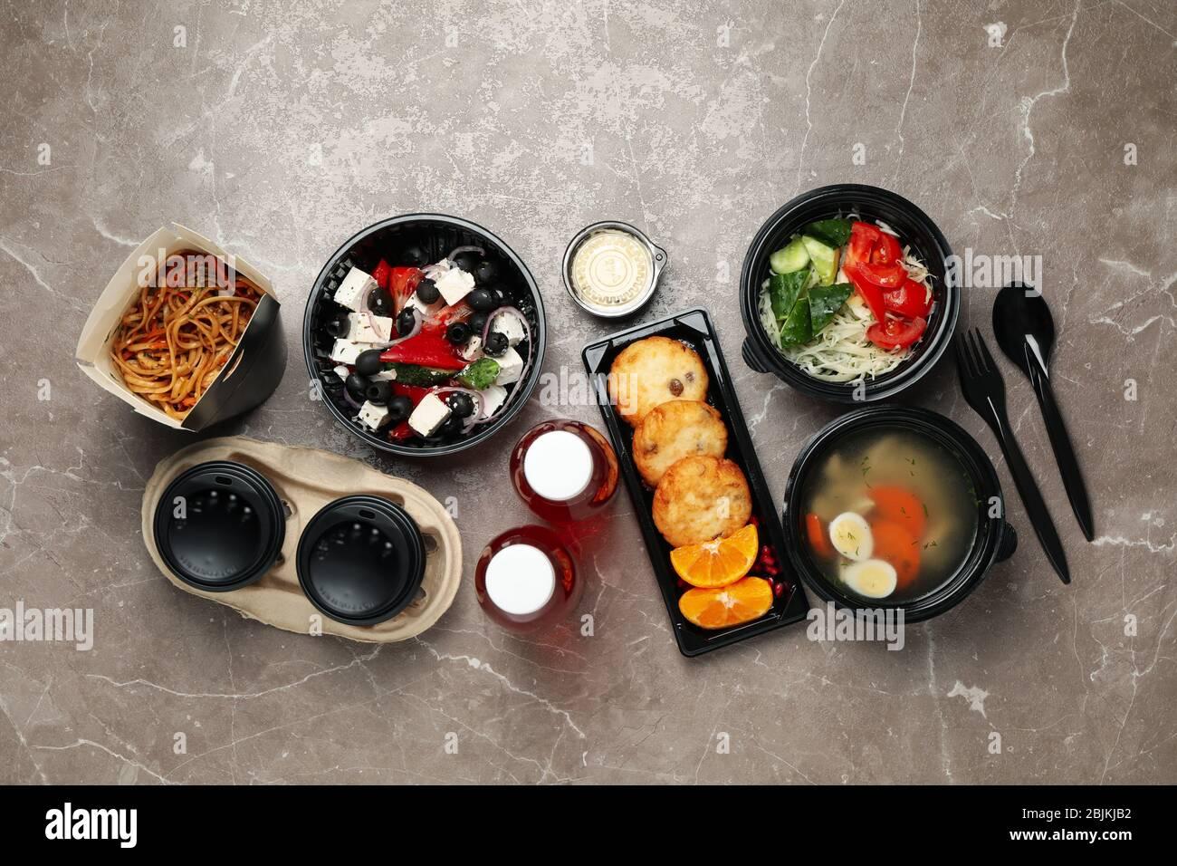 Plat avec plats à emporter sur la table. Livraison de nourriture Banque D'Images