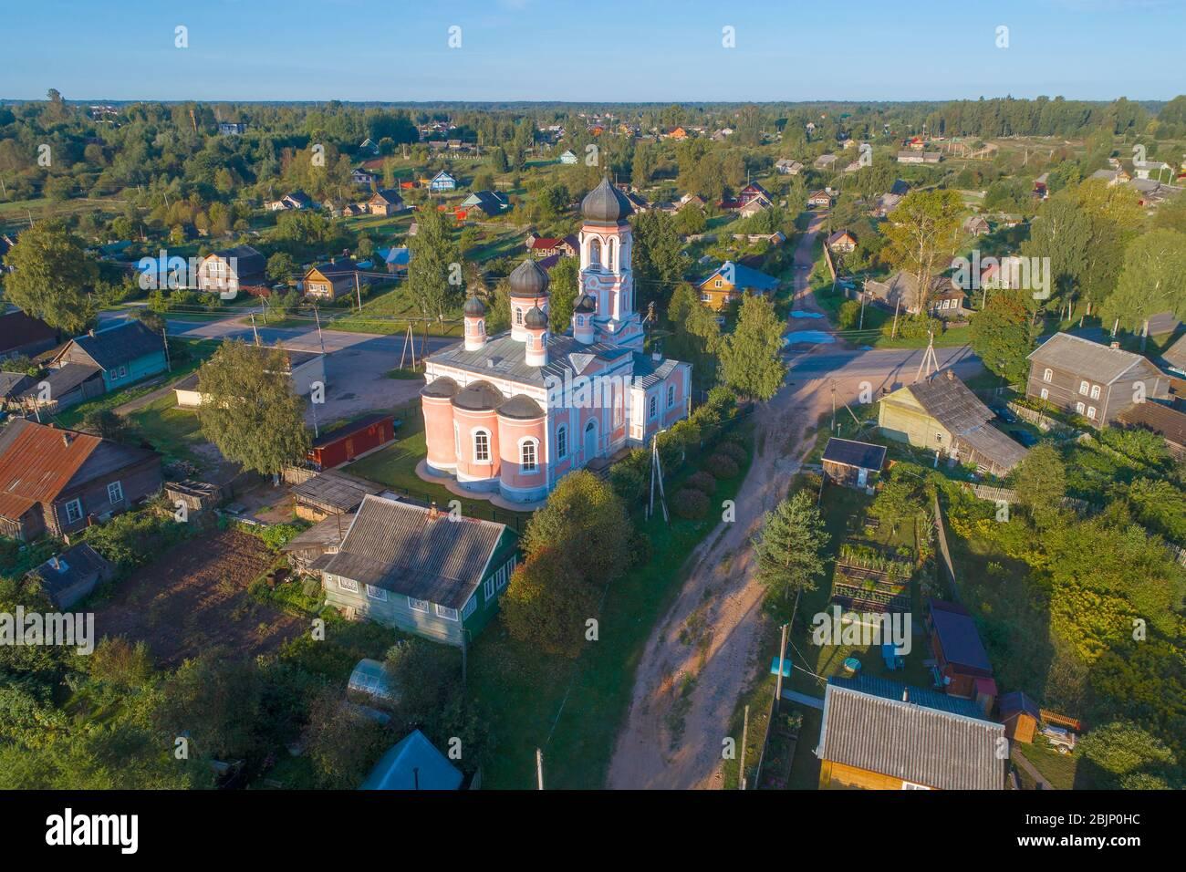Ancienne église de la Trinité le matin ensoleillé d'août (photographie aérienne). Kresttsy. Région de Novgorod, Russie Banque D'Images