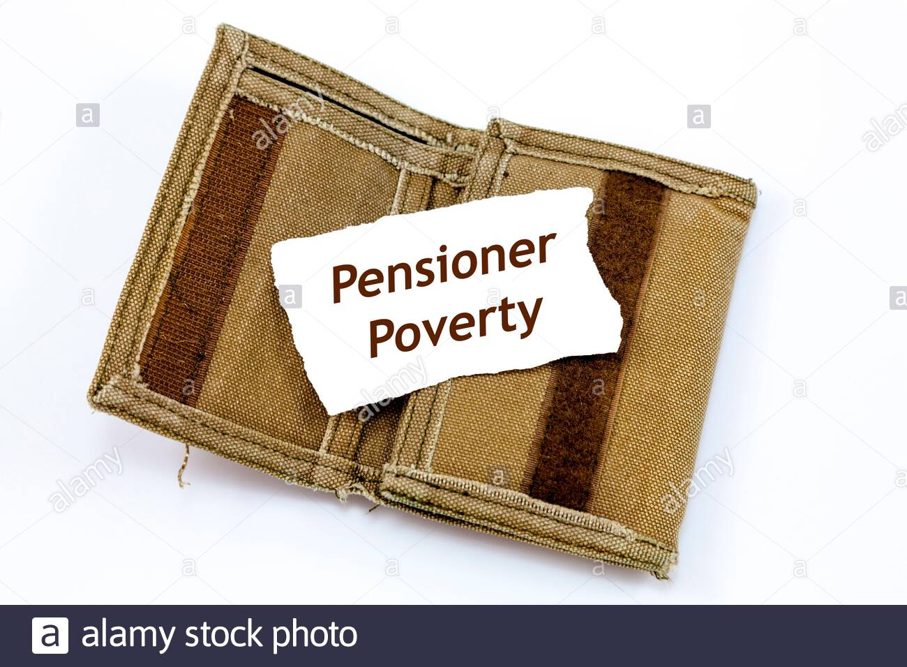 Portefeuille vieux et effiloché avec une note à l'intérieur qui se lit «la pauvreté des retraités» Banque D'Images