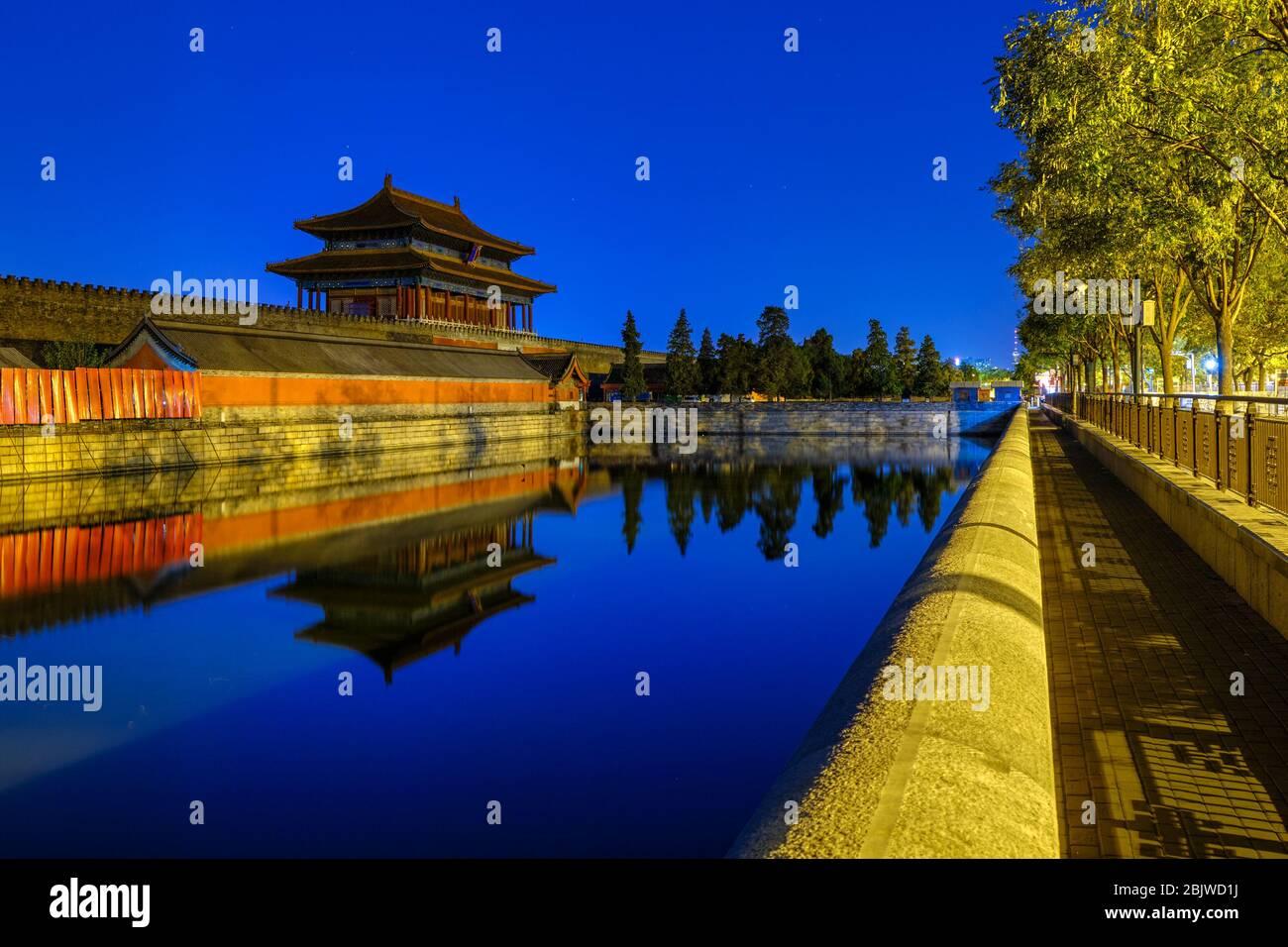 La porte de la puissance divine, porte de sortie nord du musée du Palais de la Cité interdite, reflétant dans la maté d'eau à Beijing, Chine Banque D'Images