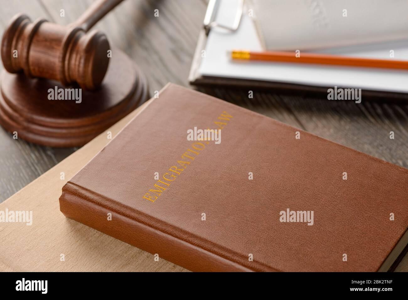 Livre de droit, texte et documents sur table en bois Banque D'Images