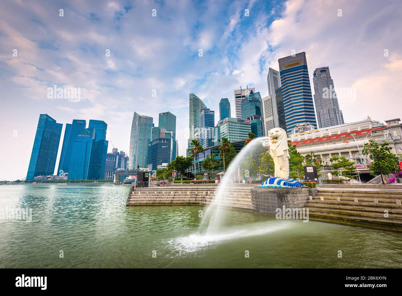 Singapour - septembre 3, 2015: la fontaine et la statue du Merlion Singapour. La statue est considérée comme la personnification de Singapo Banque D'Images