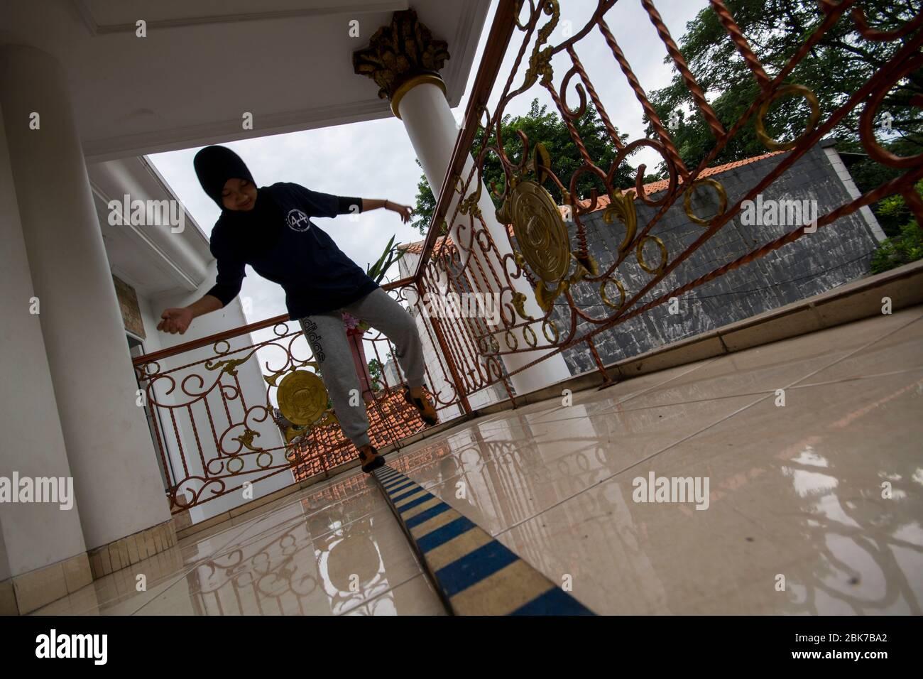 Jakarta, DKI Jakarta, Indonésie. 2 mai 2020. ALIKA KAHNZA l'athlète junior de l'escalade indonésienne faisait des exercices physiques dans sa cour. Les urgences de Covid-19 ont forcé les athlètes à maintenir la performance dans leur propre maison. Crédit: Muhammad Zaenuddin/ZUMA Wire/Alay Live News Banque D'Images