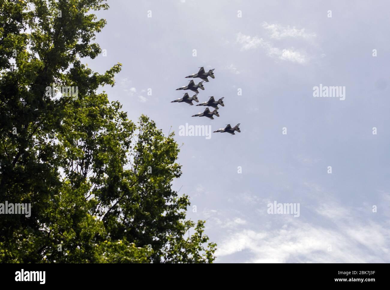Les Thunderbirds, l'équipe de démonstration de vol aérobique de l'Air Force des États-Unis, composée de six avions F-16 C Fighting Falcon, effectuent un survol avec les US Navy Blue Angels, dans la zone de métro de Washington, DC à Silver Spring, Maryland, le samedi 2 mai 2020. Le flyover salue les premiers intervenants dans la lutte contre la pandémie de Coronavirus COVID-19.crédit: Ron Sachs/CNP photo par crédit: Newscom/Alay Live News Banque D'Images