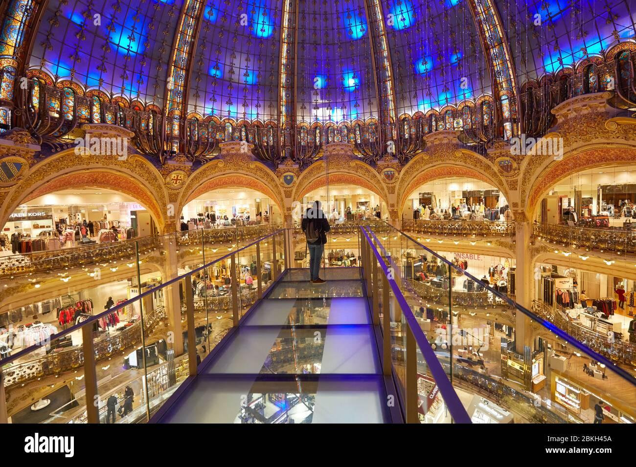 PARIS - 6 NOVEMBRE 2019: Galeries Lafayette intérieur avec installation Glasswalk avec une personne à Paris Banque D'Images