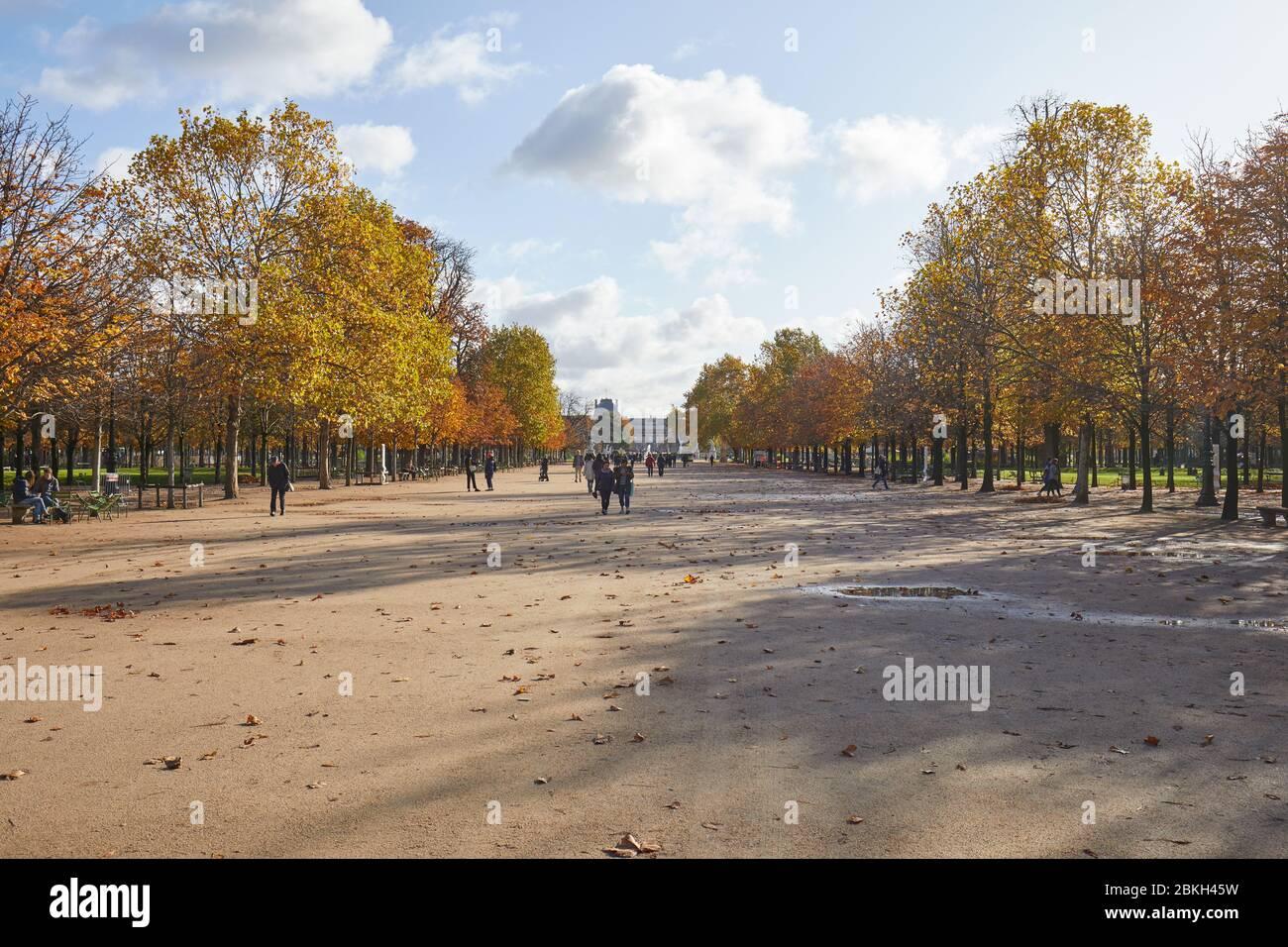 PARIS - 7 NOVEMBRE 2019: Jardin des Tuileries, promenade avec les gens dans une journée ensoleillée d'automne à Paris, vue grand angle Banque D'Images