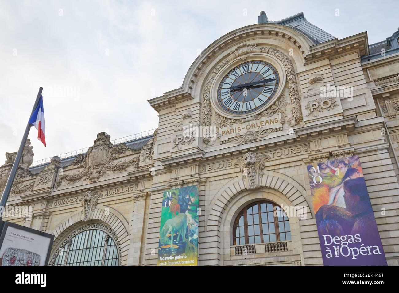 PARIS, FRANCE - 8 NOVEMBRE 2019 : façade du musée de la Gare d'Orsay ou d'Orsay avec horloge en journée nuageux à Paris Banque D'Images