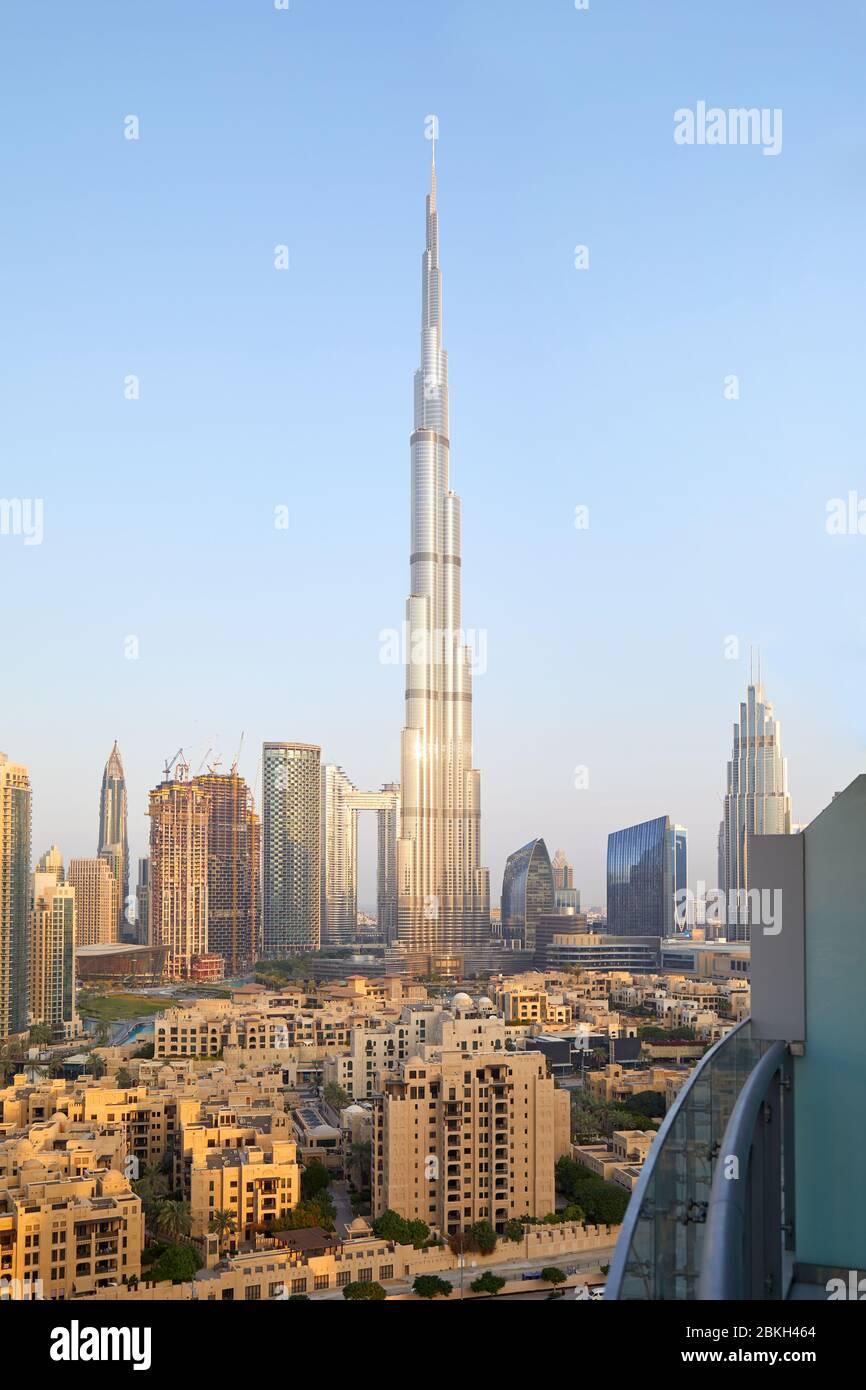 Le gratte-ciel Burj Khalifa et la vue sur la ville de Dubaï depuis le balcon, dans une matinée claire et ensoleillée Banque D'Images