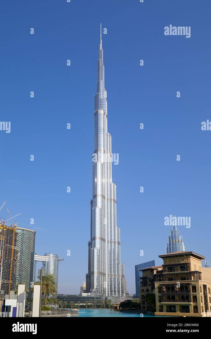 DUBAÏ, EMIRATS ARABES UNIS - 19 NOVEMBRE 2019 : gratte-ciel Burj Khalifa et ciel bleu clair en une journée ensoleillée à Dubaï Banque D'Images