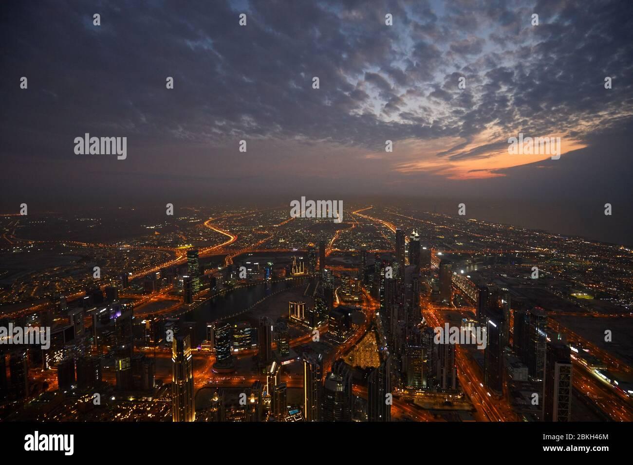 Dubai, EMIRATS ARABES UNIS - 19 NOVEMBRE 2019: Dubaï a illuminé la ville vue de haut angle avec gratte-ciel dans la soirée de Burj Khalifa Banque D'Images