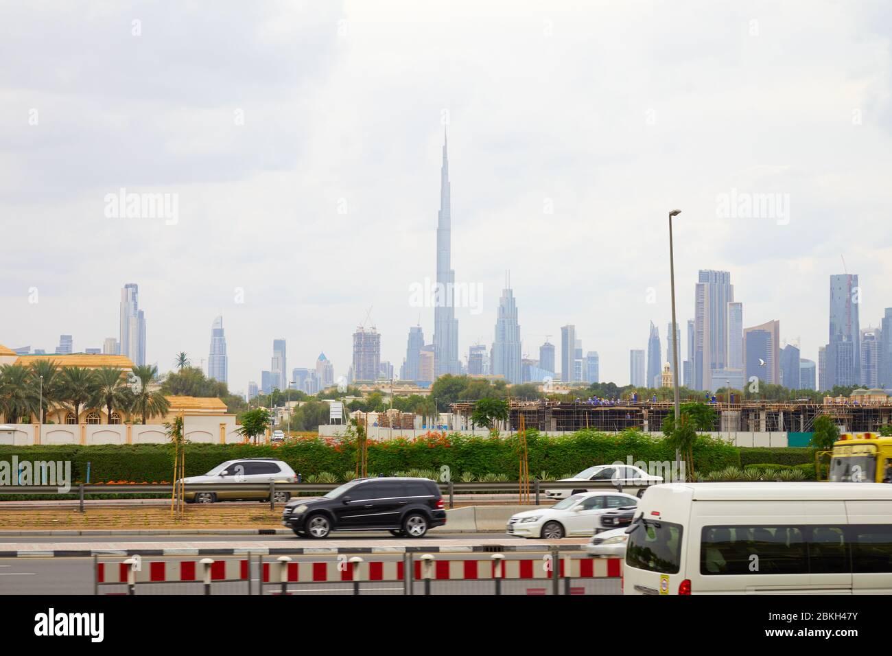 DUBAÏ, EMIRATS ARABES UNIS - 21 NOVEMBRE 2019 : gratte-ciel Burj Khalifa et vue sur la ville avec passage de voitures Banque D'Images