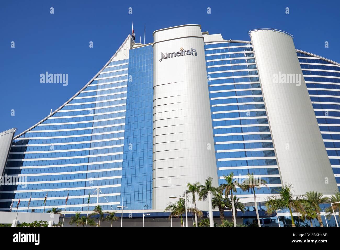 DUBAÏ, EMIRATS ARABES UNIS - 22 NOVEMBRE 2019 : hôtel de luxe Jumeirah Beach avec palmiers en journée ensoleillée, ciel bleu à Dubaï Banque D'Images
