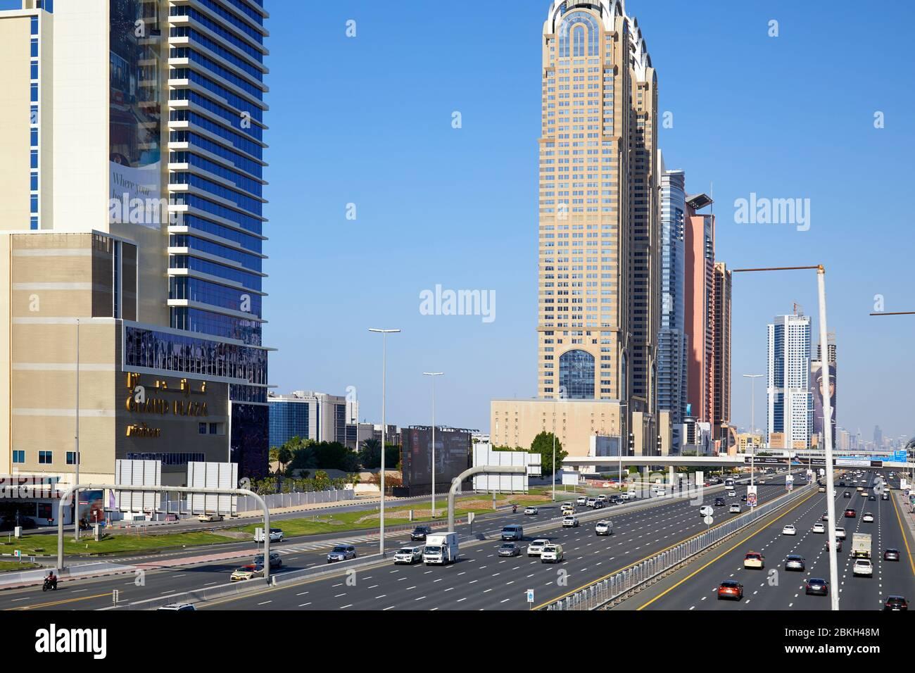 DUBAÏ, EMIRATS ARABES UNIS - 22 NOVEMBRE 2019: Sheikh Zayed Road avec gratte-ciel en journée ensoleillée, ciel bleu Banque D'Images